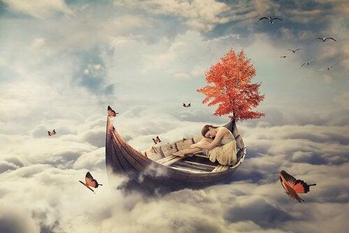 Vrouw die aan het slapen is in een boot