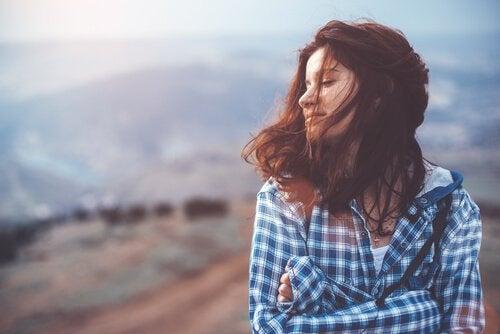 Vrouw die een emotioneel evenwicht heeft