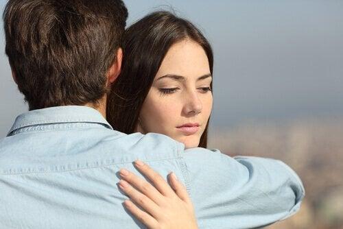 Vrouw die haar partner knuffelt