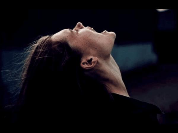 Vrouw die pijnlijke emoties ervaart