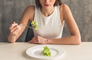 Vrouw die sla eet