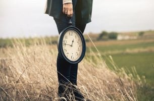 Vrouw met een klok in haar hand