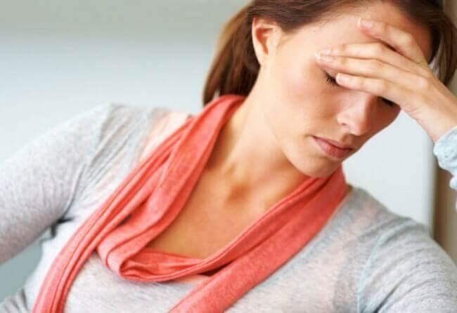 Vrouw met hoofdpijn door uitdroging
