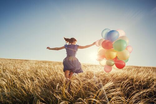 Vrouw met kleurrijke ballonnen