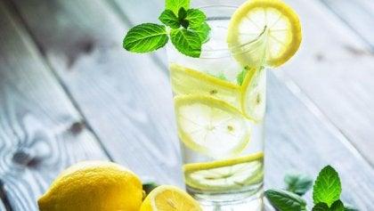 Waarom 's morgens een glas warm water met citroen drinken?