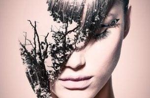 Een vrouw waarvan de helft van haar gezicht een verbrande boom is, als voorbeeld van de gevolgen van een verslaving aan verboden liefde
