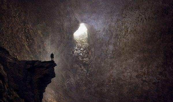 Man die in een diepe grot staat, want je dieptepunt bereiken kan soms zo aanvoelen