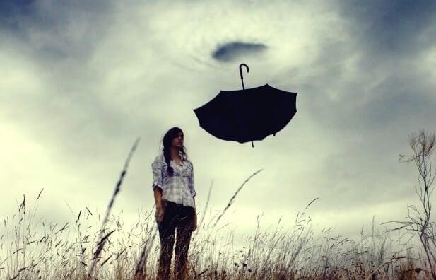 Meisje dat onder een grijze lucht staat, verlamd door emotionele angst