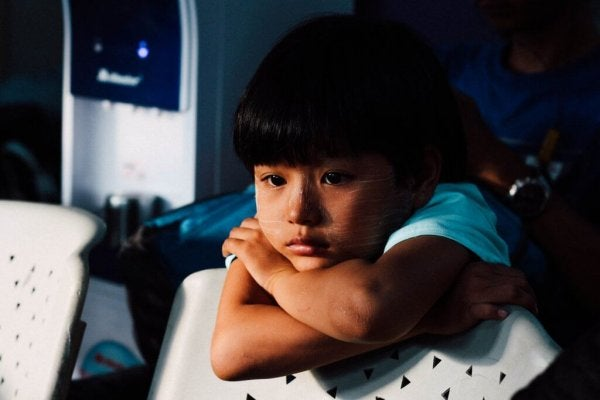 Meisje dat droevig voor zich uit kijkt, als voorbeeld van emotionele problemen bij kinderen