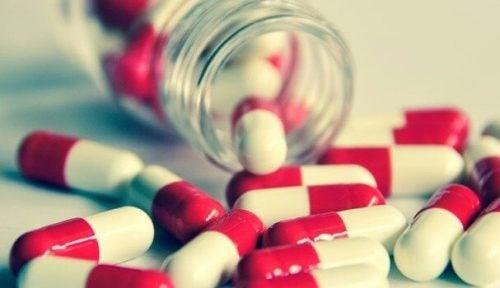 Pillen uit een pillenflesje