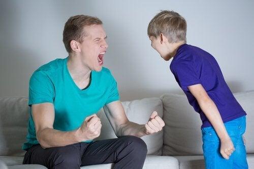 Vader die naar zoon schreeuwt