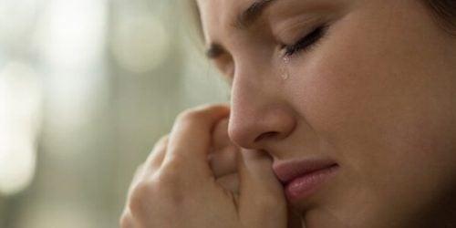 Vrouw die huilt, maar het liefst haar gebroken hart vermijden wil