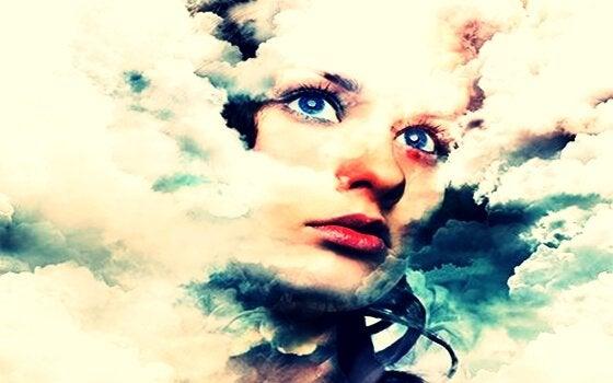 Gezicht van een meisje dat te zien is tussen de wolken, wat haar suggestie is
