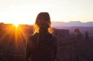 Meisje die de zonsondergang bekijkt