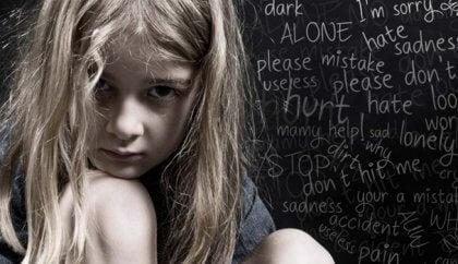 Meisje omringd door negatieve woorden