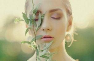 Vrouw met een plant