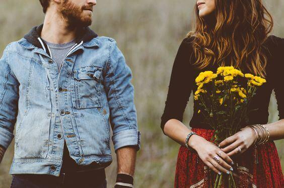 Jongen en een meisje die onaantrekkelijk zijn maar elkaar toch hebben gevonden