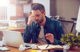Man gestrest op het werk: je prestaties verbeteren