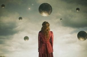 Meisje dat naar allemaal planeten staart, op zoek naar de kenmerken van emotionele volwassenheid