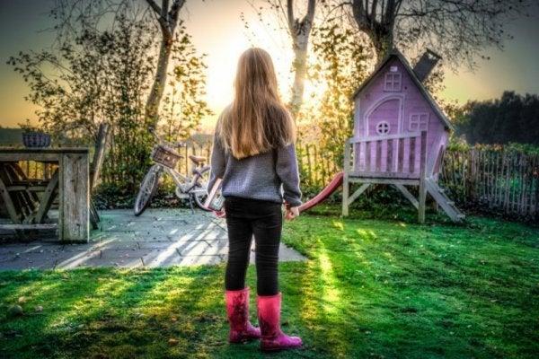 Een van die onafhankelijke kinderen die aan het spelen is in de tuin