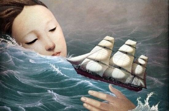 Een meisje dat naar een klein schip kijkt in de zee, wat een van haar oude patronen is
