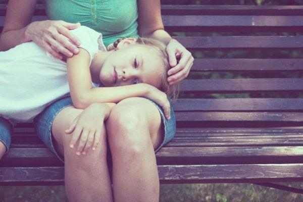 Meisje op de schoot van haar moeder