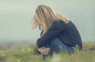 Verdrietige vrouw in het gras