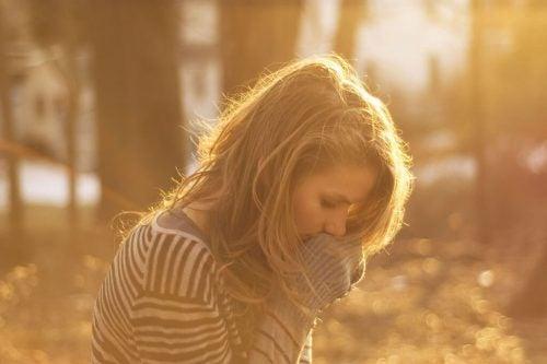 Verdrietige vrouw in een bos