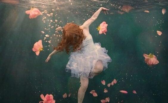 Meisje dat lijkt te verdrinken, want je dieptepunt bereiken kan soms zo aanvoelen