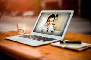Online psycholoog die mensen helpt via het internet