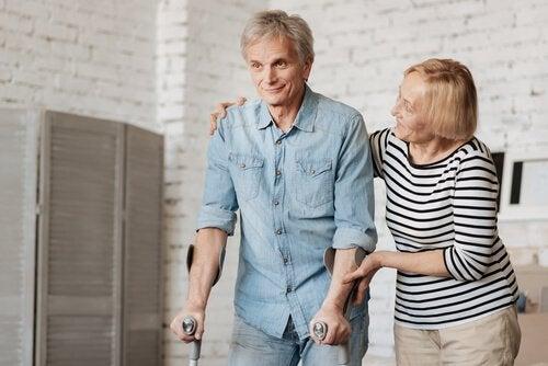Oudere man wiens witte stof beschadigd is geraakt