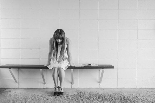 Meisje dat in een kleedkamer zit en last heeft van paniekaanvallen