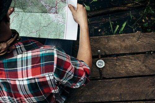 Man die zijn ruimtelijke intelligentie gebruikt om een kaart te lezen