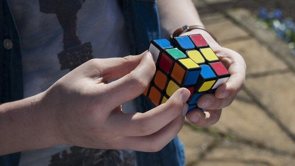 Man die zijn ruimtelijke intelligentie gebruikt om een rubix kubus uit te vogelen