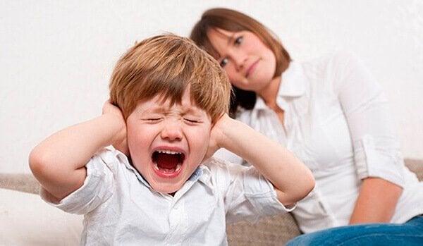 Jongetje dat een driftbui heeft, omdat zijn moeder niet weet hoe ze onafhankelijke kinderen moet opvoeden