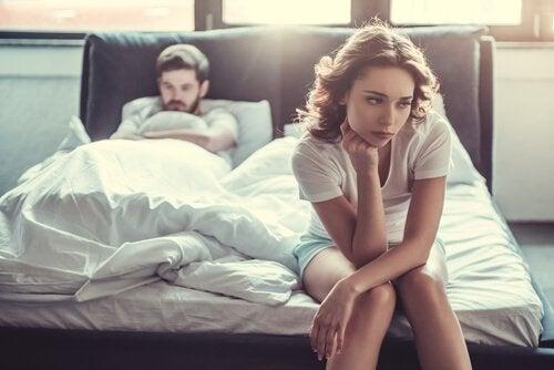 Meisje dat boos is omdat haar vriend de gewoonte heeft om tijdens de seks te fantaseren over een ander