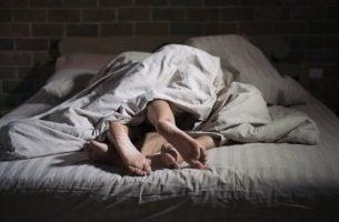 Twee mensen die seks hebben in hun slaap, als voorbeeld van slaapseks