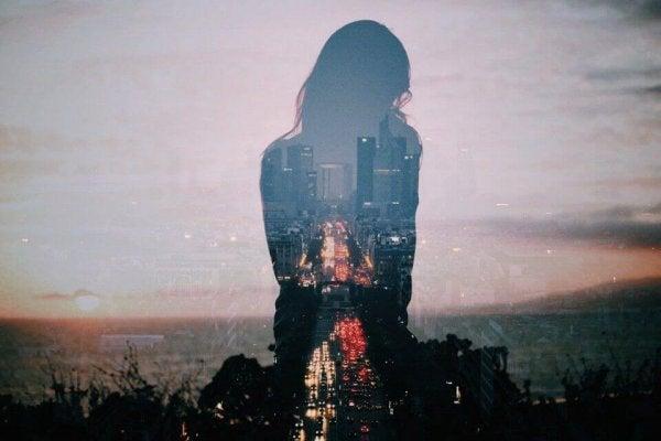 Grote steden kunnen zorgen voor eenzaamheid., maar dit is volgens de savanne gelukstheorie niet nodig