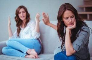Twee ruziënde vrouwen