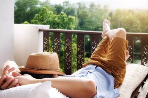 Man die lekker ligt uit te rusten op zijn balkon