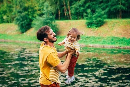 Vader die met zijn zoon speelt, want leren leuk maken voor kinderen is belangrijk