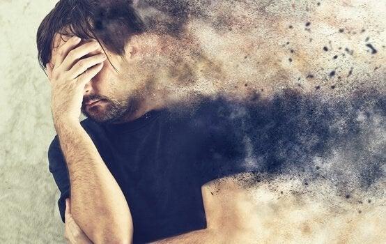 Man die zijn hoofd vasthoudt omdat hij last heeft van emotionele angst