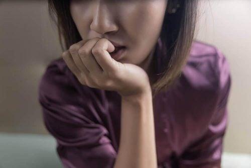 Vrouw bijt nagels