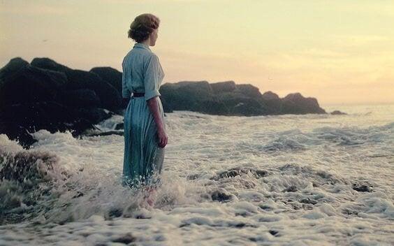 Vrouw die in de zee staat