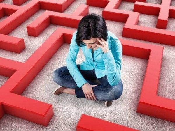 Vrouw die vastzit in een doolhof, want zo voelt pathologische angst soms