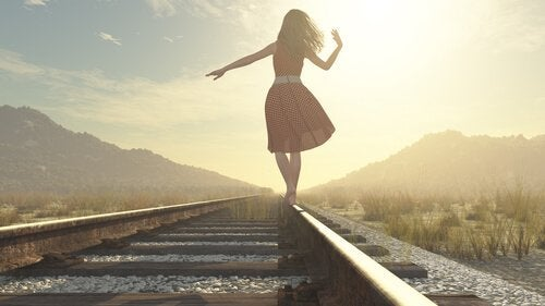 Vrouw loopt op treinspoor