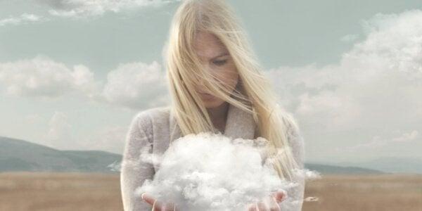 Vrouw met wolk in haar handen