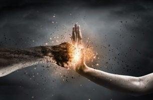 Vuist die tegen een hand slaat, want woede is giftig en destructief