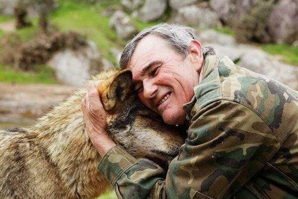 Een van die wilde kinderen die als volwassene een wolf uit zijn verleden knuffelt