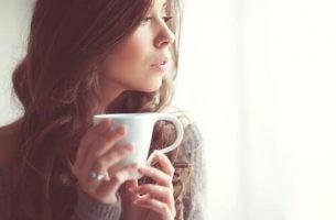 Vrouw die thee drinkt